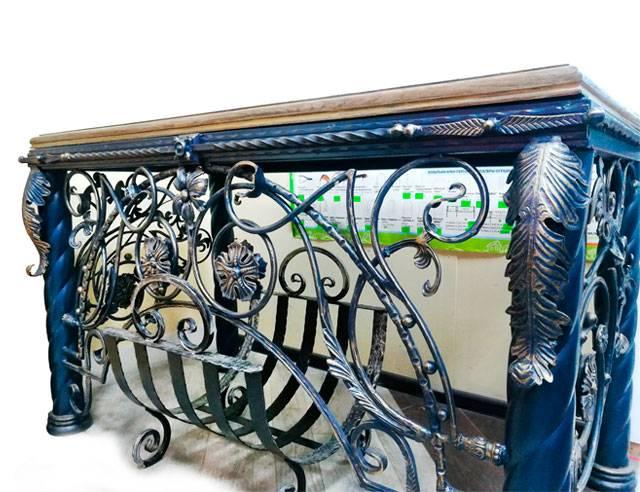 Дорогой кованый стол с деревянной дубовой столешницей Воронеж. Купить кованый стол в подарок